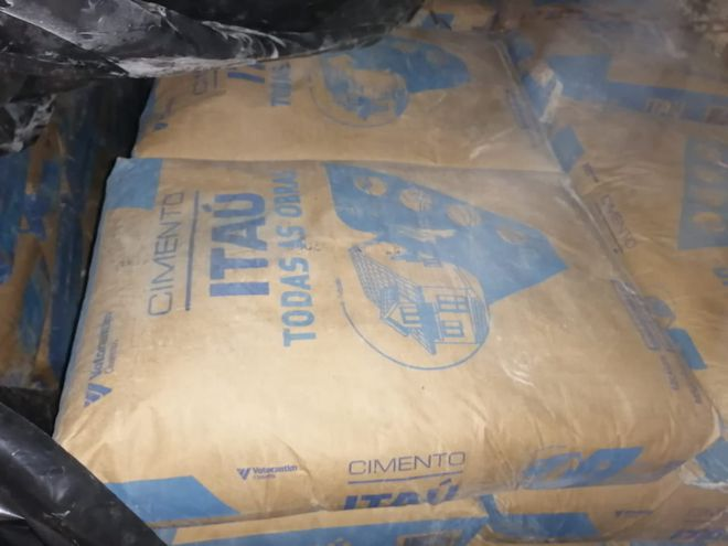 Bolsa de cemento presumiblemente traída de contrabando del Brasil.