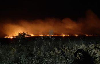 Así se veía el fuego durante la noche del martes en la comunidad indígena de los ayoreos en el distrito de Carmelo Peralta.