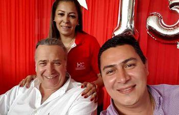Laura Miers Espínola con el condenado Óscar González Daher (HC) y el candidato a intendente de Luque Carlos Echeverría (ANR).