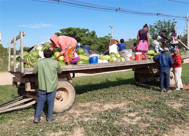 Familias indígenas de Laguna Negra vendiendo sus sandías en el acceso sur de Filadelfia.