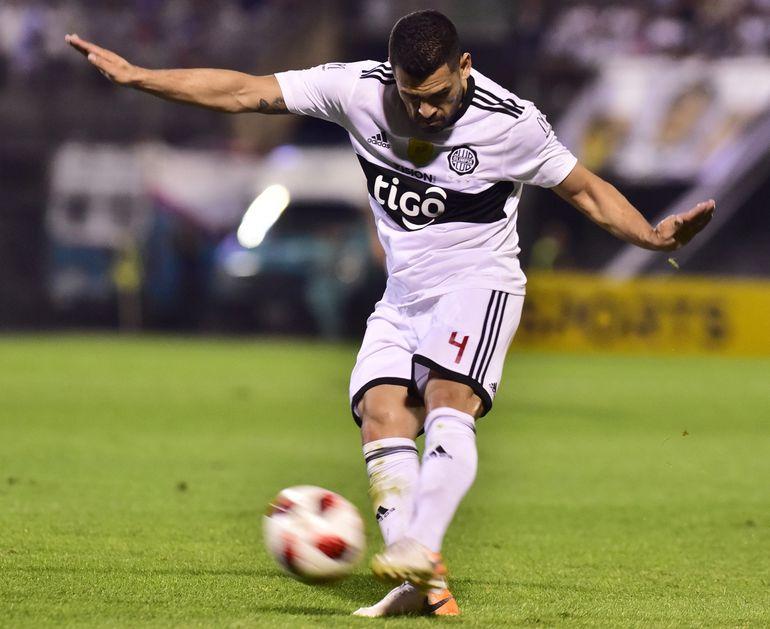 """Miguel """"la bala"""" Samudio saca el disparo potente de zurda desde fuera del área, que le dio a Olimpia el ansiado gol para abrir el marcador frente a Sol de América."""