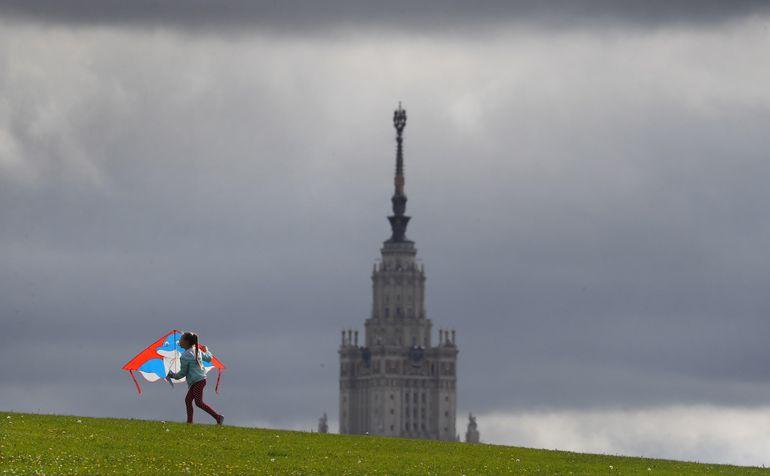 Moscú, la capital de Rusia, perderá el tono gris del cemento con los murales que están pintando los grafiteros.