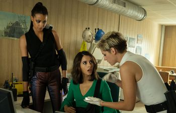 "Ella Balinska, Naomi Scott y Kristen Stewart en ""Ángeles de Charlie""."