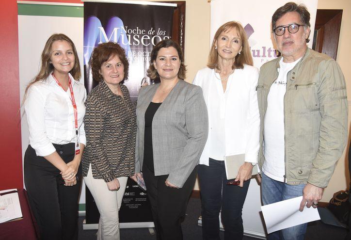 """Micaela Dalla, Gloria Velilla, Laura González, Rosmary Barrail y Félix Toranzos en la presentación de """"La Noche de los Museos""""."""