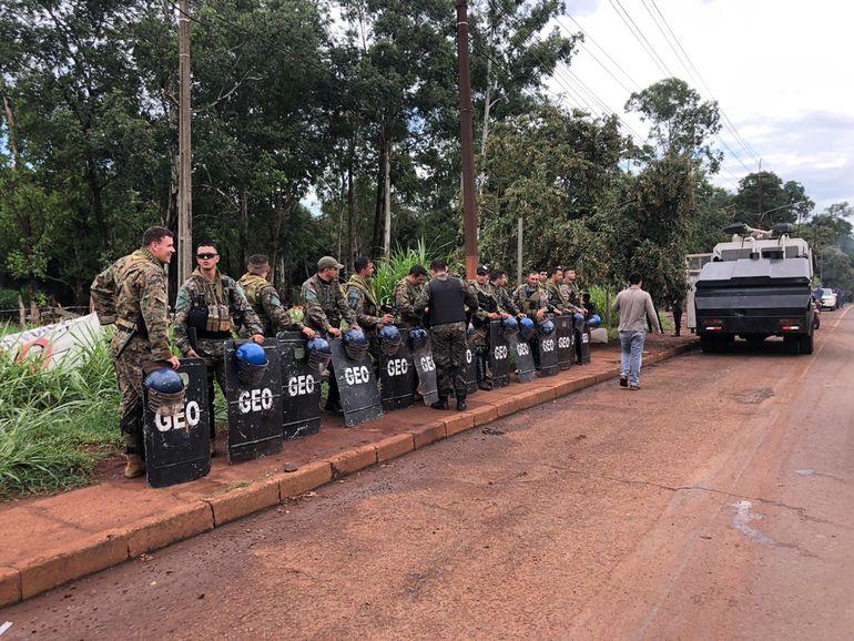Los invasores se vieron sobrepasados en número por los agentes policiales.