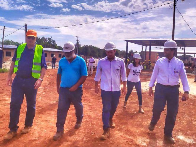 El ministro Arnoldo Wiens recorre la zona de tareas acompañado por los arquitectos y encargados.