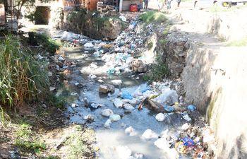 Arroyo Mburicaó totalmente contaminado de forma impune.