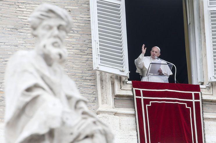 El papa Francisco durante su rezo del Ángelus, el pasado domingo. El Vaticano aclaró  que la Iglesia católica no puede impartir su bendición a las uniones de personas del mismo sexo.