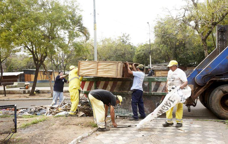 Funcionarios municipales limpiaron ayer las plazas ubicadas frente al Congreso. Según la Comuna, aún faltan 10.000 familias por volver a sus casas, y ya han trasladado a unas 5000.