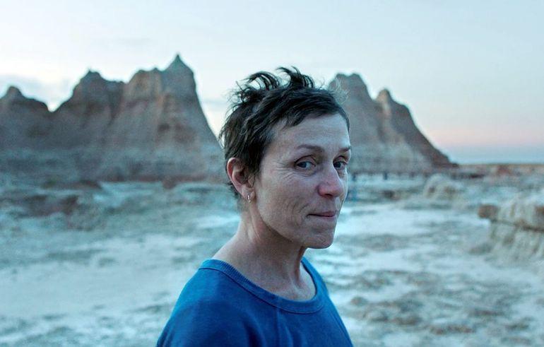 Frances McDorman es la protagonista de Nomadland, película dirigida por Chloé Zhao, y una de las favoritas.