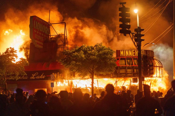 Incendios y disturbios en EEUU durante protestas por la muerte de ...