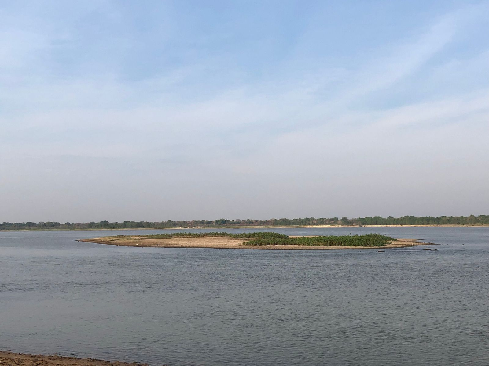 Este banco de arena se ve solo cuando hay una bajante importante del río Paraguay. Está ubicado en las cercanías del puerto antiguo de Concepción.