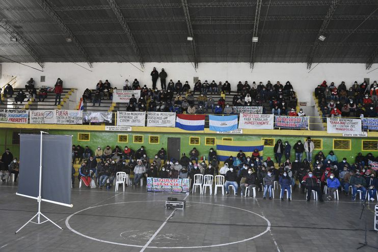 Explotadores e importadores de tragamonedas siguieron la sesión del Senado en un polideportivo ubicado en el barrio Sajonia de Asunción.