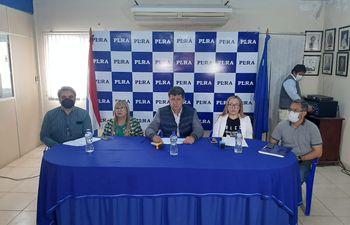 El presidente del PLRA, Efraín Alegre (centro) insistió en que el TJSE incumple la Ley y adueda al partido unos G.  25.000 millones.