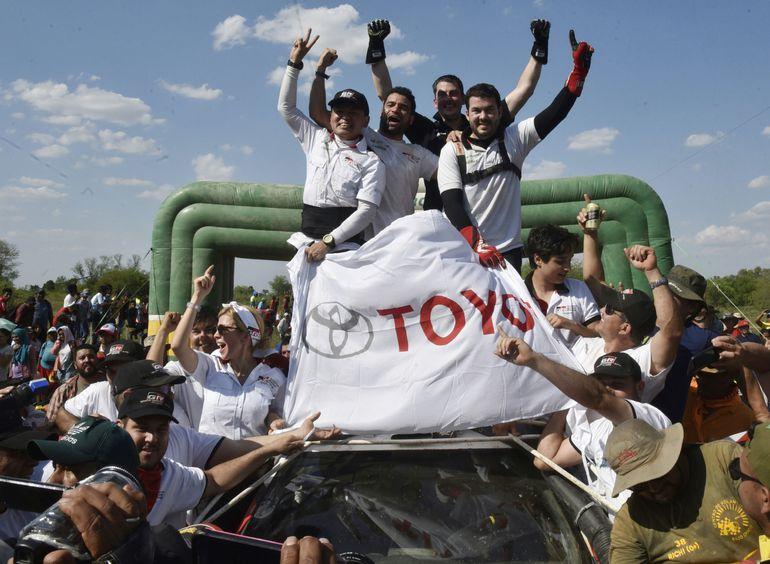 Alejandro y Marco Galanti, junto a sus navegantes Marcelo Toyotoshi y Gustavo Scheid, celebran el 1-2 de Toyota al arribar a Campo 48 y coronar por cuarta vez a Ale como vencedor del Chaco.