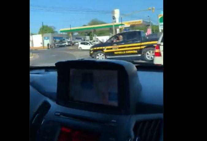 Momento del video en que se observa cuando el móvil oficial de la Caminera cruza la ruta internacional.