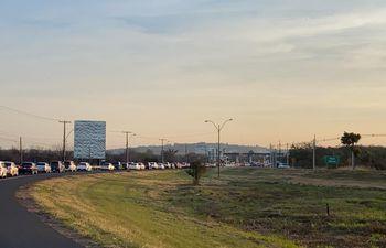 Largas filas de vehículos que retornan hacia Asunción se observa en la zona del peaje de Ypacaraí.