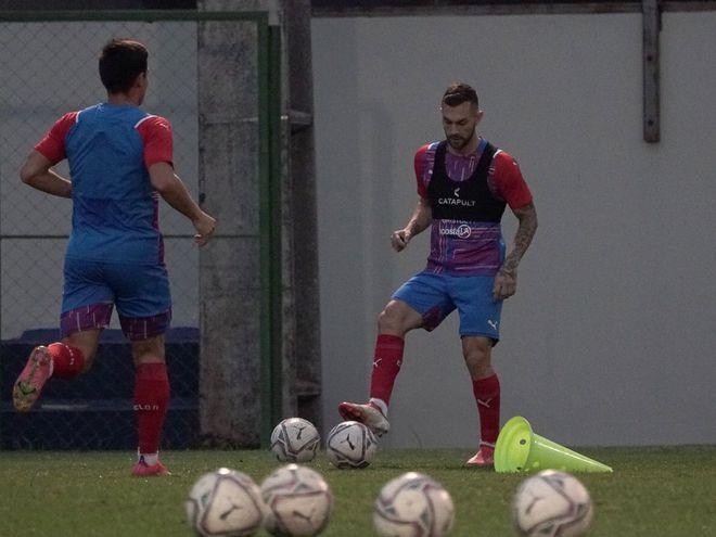Luis Fariña (d) domina el balón en el entrenamiento de Cerro Porteño en la Ollita.