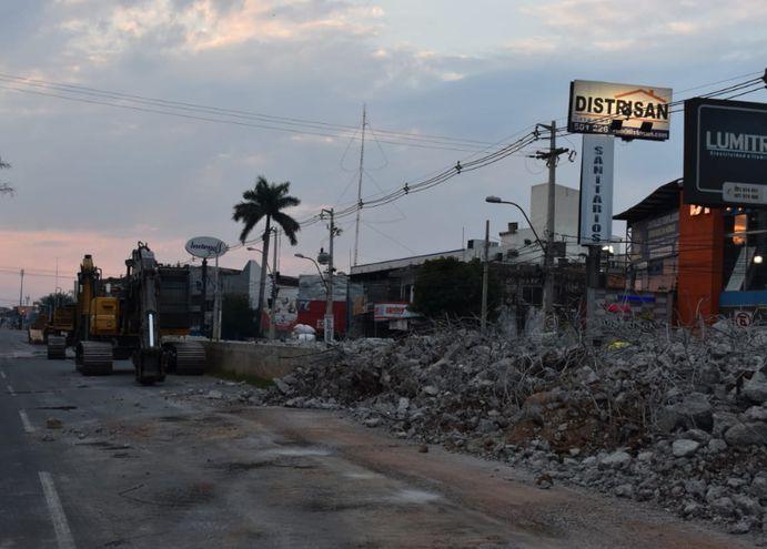 Los trabajos  de demolición de las estaciones   se efectúan  aprovechando el poco tránsito de vehículos por la cuarentena.