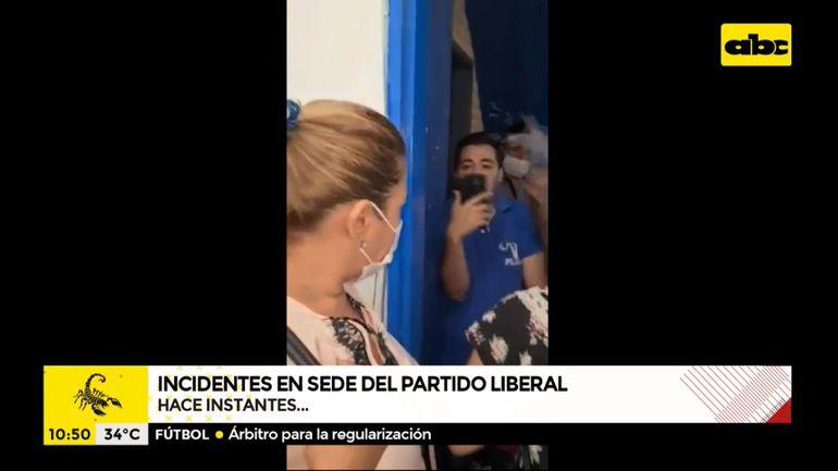 Un desquiciado Stiben Patrón discute con Basilisa Vázquez, apoderada del llanismo, frente al edificio del PLRA este martes.