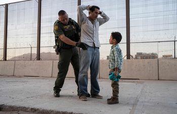 Un hombre latino es registrado por un agente de Aduanas en la ciudad fronteriza de El Paso, Texas (EE.UU.).