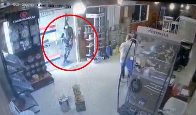 La cámara capta cuando uno de los asaltantes ingresa al local.