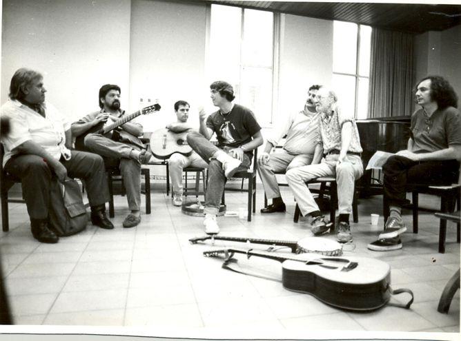 Chester Swann, Ricardo Flecha, Kenny Acevedo, Tao Rodríguez Seeger, un traductor de la embajada norteamericana, Pete Seeger y Ticco Da Costa, en una reunión con músicos paraguayos que tuvo lugar en 1995.