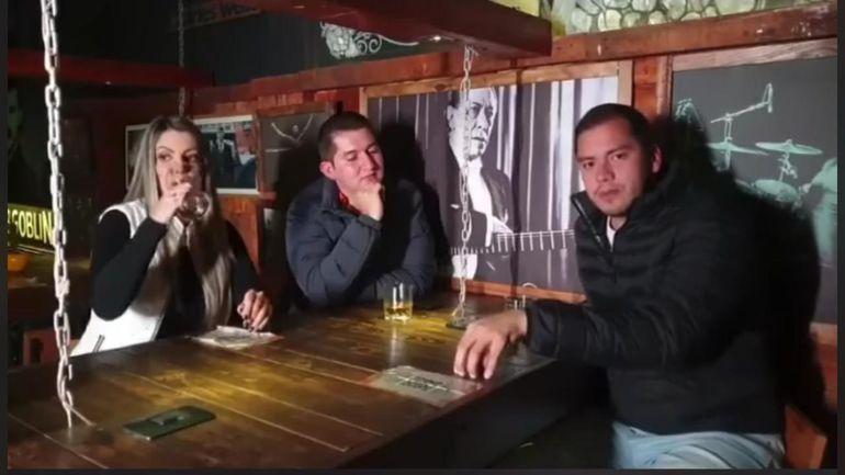 Miguel Prieto Vallejos en conversación con Valeria Romero y Pedro Acuña, ambos candidatos a concejalía.