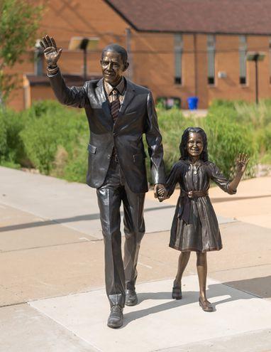 La estatua de James van Nuys representa a Barack Obama y su hija Sasha.
