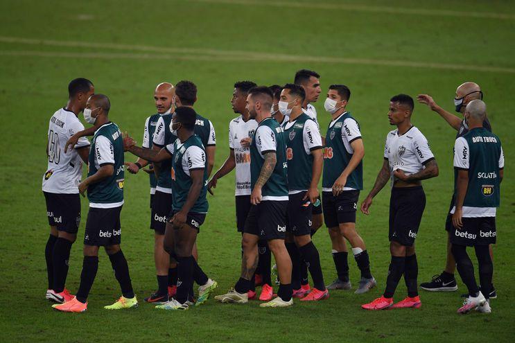Jugadores de Atlético Mineiro, entre ellos Junior Alonso, celebran el triunfo ante Flamengo en Río de Janeiro.