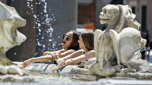 Dos turistas se refrescan en una fuente de Roma. Imagen de archivo, EFE.