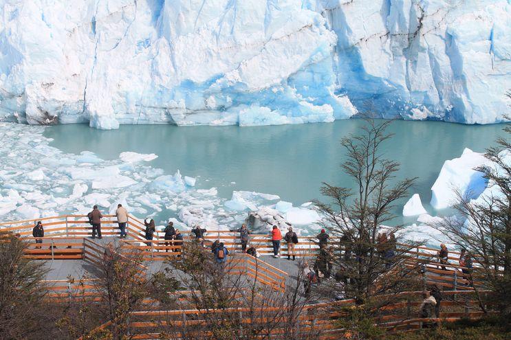 El glaciar Perito Moreno, en Argentina es un foco de turismo.