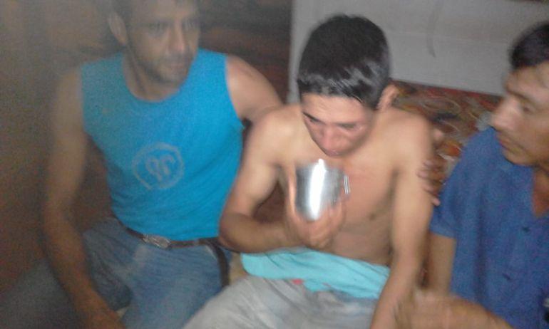 Adelio Mendoza bebe agua luego de ser liberado en la estancia Tranquerita.
