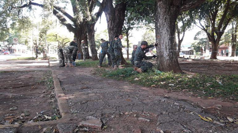 Militares siguen alambrando la frontera con Brasil.