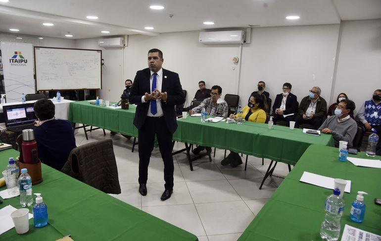 El director financiero de Itaipú, Fabián Domínguez, expuso ante representantes de Fetrasep.