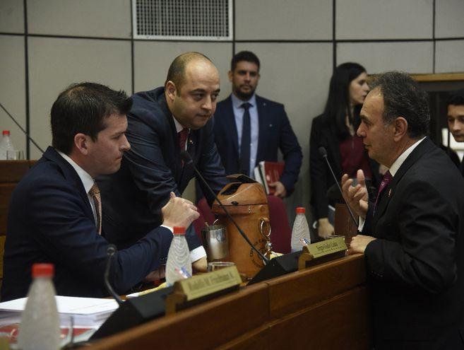 Los senadores cartistas abandonaron la sala.