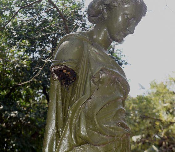 """La estatua """"La Primavera"""" se muestra sin brazo y el hueco funciona como nido de abejas. Es una de las seis piezas que se sitúan en la plaza hace 111 años. Tanto las obras como el sitio verde son patrimonio histórico nacional, pero nadie los cuida."""