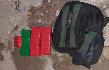 La droga que fue encontrada e incuatada por los policías sobre la calle México.