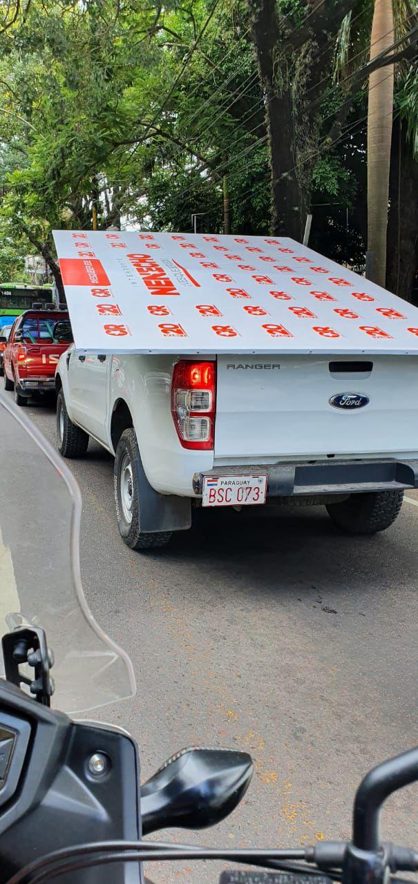 Vehículo utilizado para llevar cartel de campaña de Nenecho.