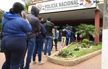 Muchas personas aguardan durante varias horas para poder ingresar a la sede central de Identificaciones de la Policía, ubicada en Asunción.