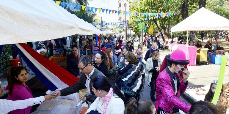 Muchas  personas aprovecharon el feriado de ayer para visitar las plazas céntricas en donde las ferias y las actividades para niños dieron un momento de diversión. La calle Palma, con toldos y decorados, fue la más concurrida.