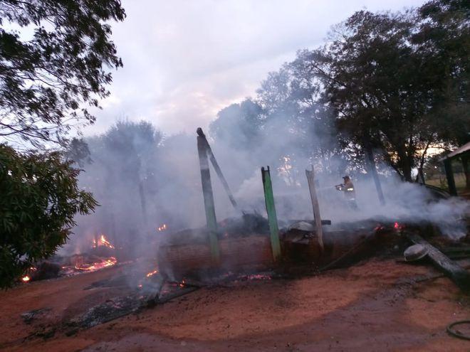La vivienda quedó reducida a cenizas, a causa del incendio, cuyas causas se desconocen.