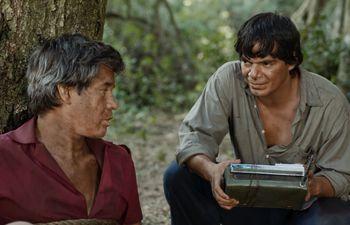 """Jorge Román y Aníbal Ortiz en una escena de la película """"Matar a un muerto""""."""