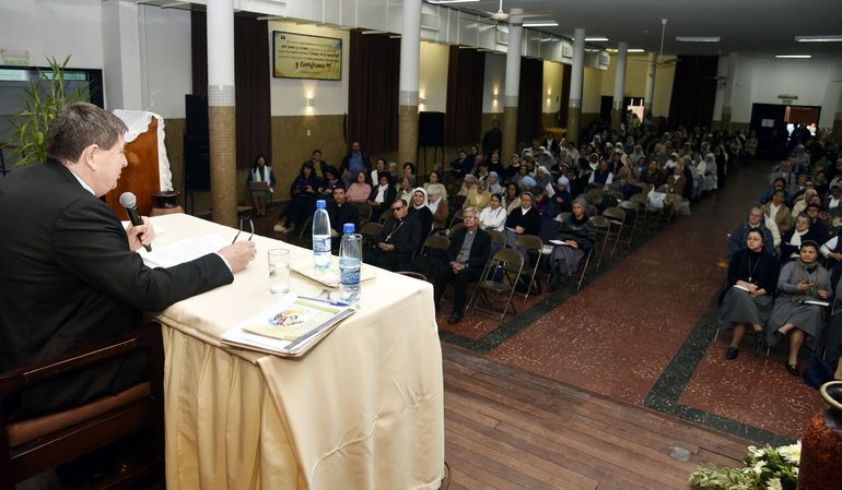 El cardenal João Braz de Aviz en un momento de la charla que dirigió a 400 religiosos y religiosas de Paraguay en el colegio Teresiano.