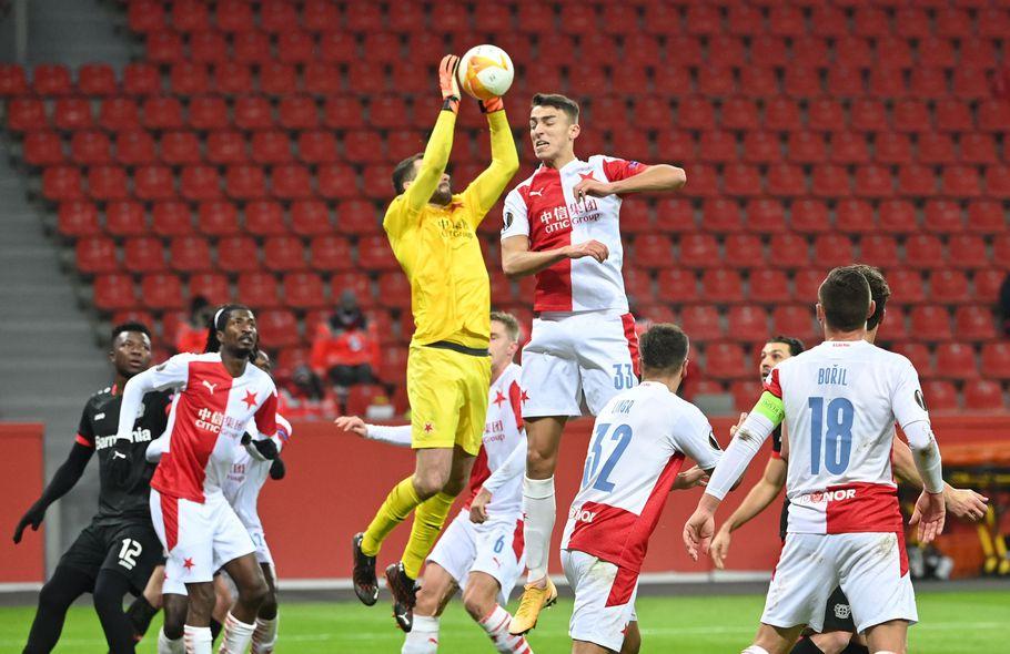 El portero Ondřej Kolář, del Slavia Praga, atrapa la pelota en el aire.
