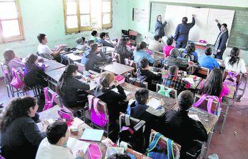 El calendario escolar podría modificarse debido a la cuarentena, que durará por lo menos 33 días, estimó el viceministro de Educación. Las clases a distancia que se imparte no son suficientes.