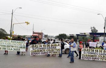 los-pobladores-de-ypane-se-manifestaron-ayer-sobre-acceso-sur-para-denunciar-el-pesimo-servicio-de-la-empresa-automotores-guarani-srl--204650000000-1843685.jpg