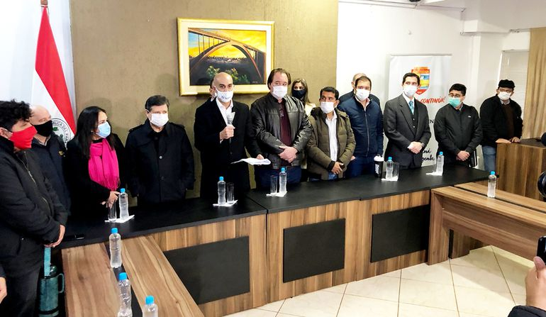 Los ministros Acevedo y Mazzoleni durante la conferencia de prensa en la Gobernación.