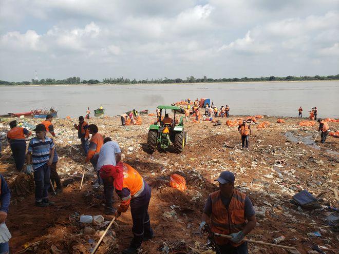 Funcionarios limpian el arroyo, en la zona de Itá Pyta Punta.