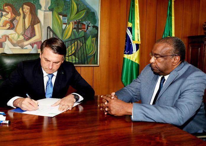 El presidente Jair Bolsonaro junto con el ministro de Educación, Carlos Alberto Decotelli que renunció al cargo.